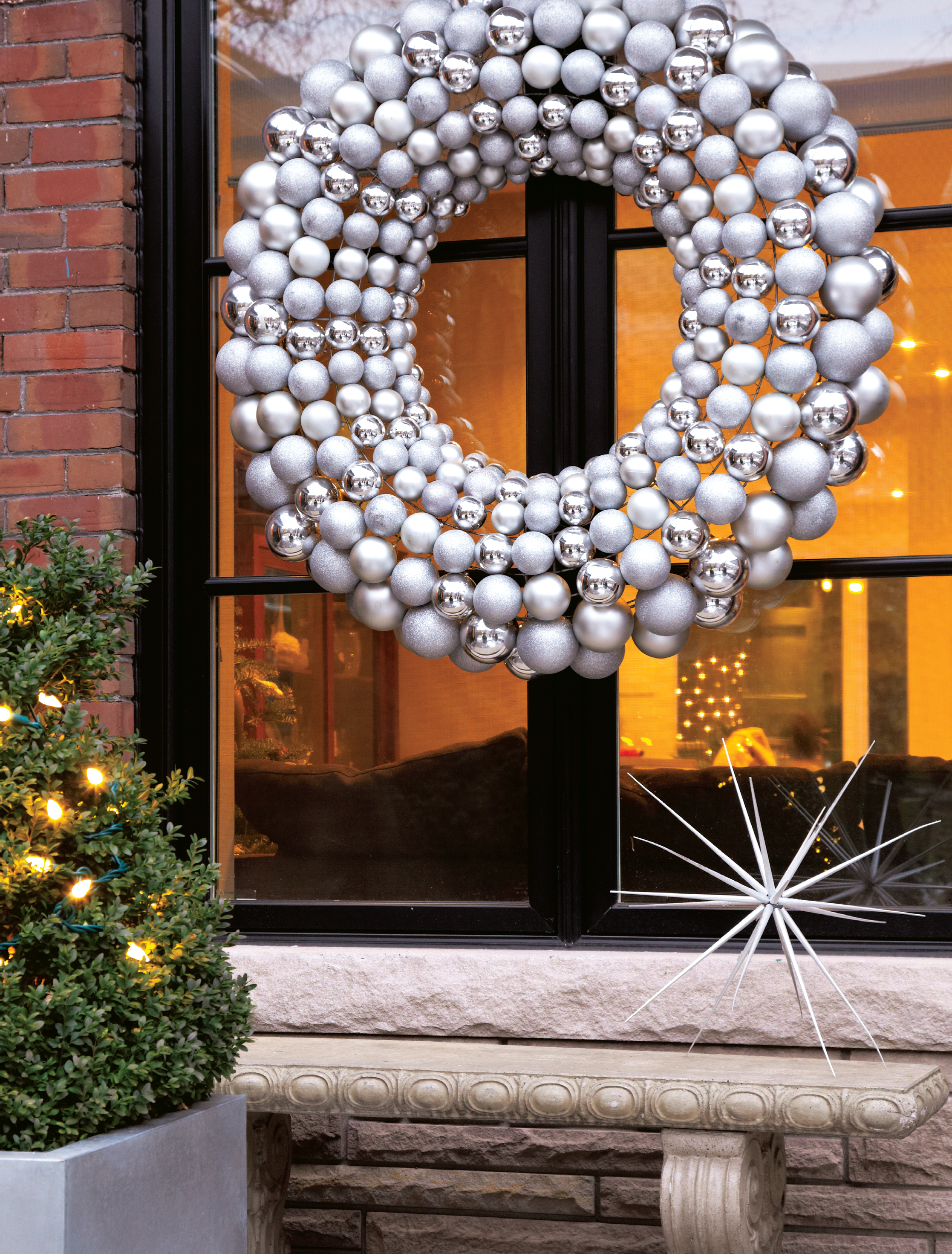 Decorating ideas a modern christmas chatelaine for Modern christmas decorations online