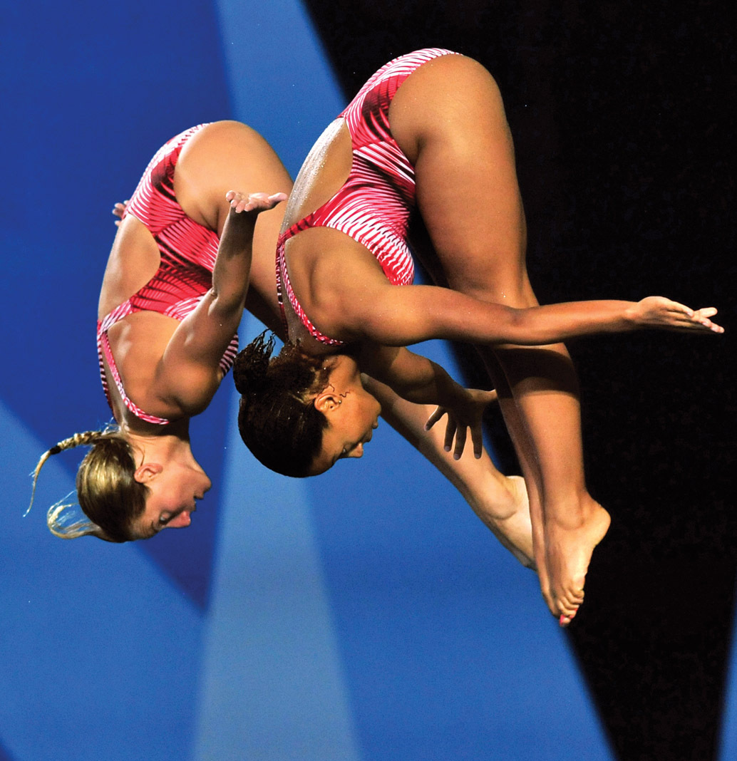 Emilie Heymans and Jennifer dive in sync
