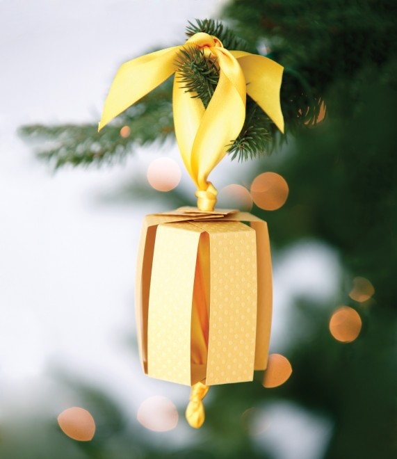 how to make pretty christmas ornaments with paper and ribbon