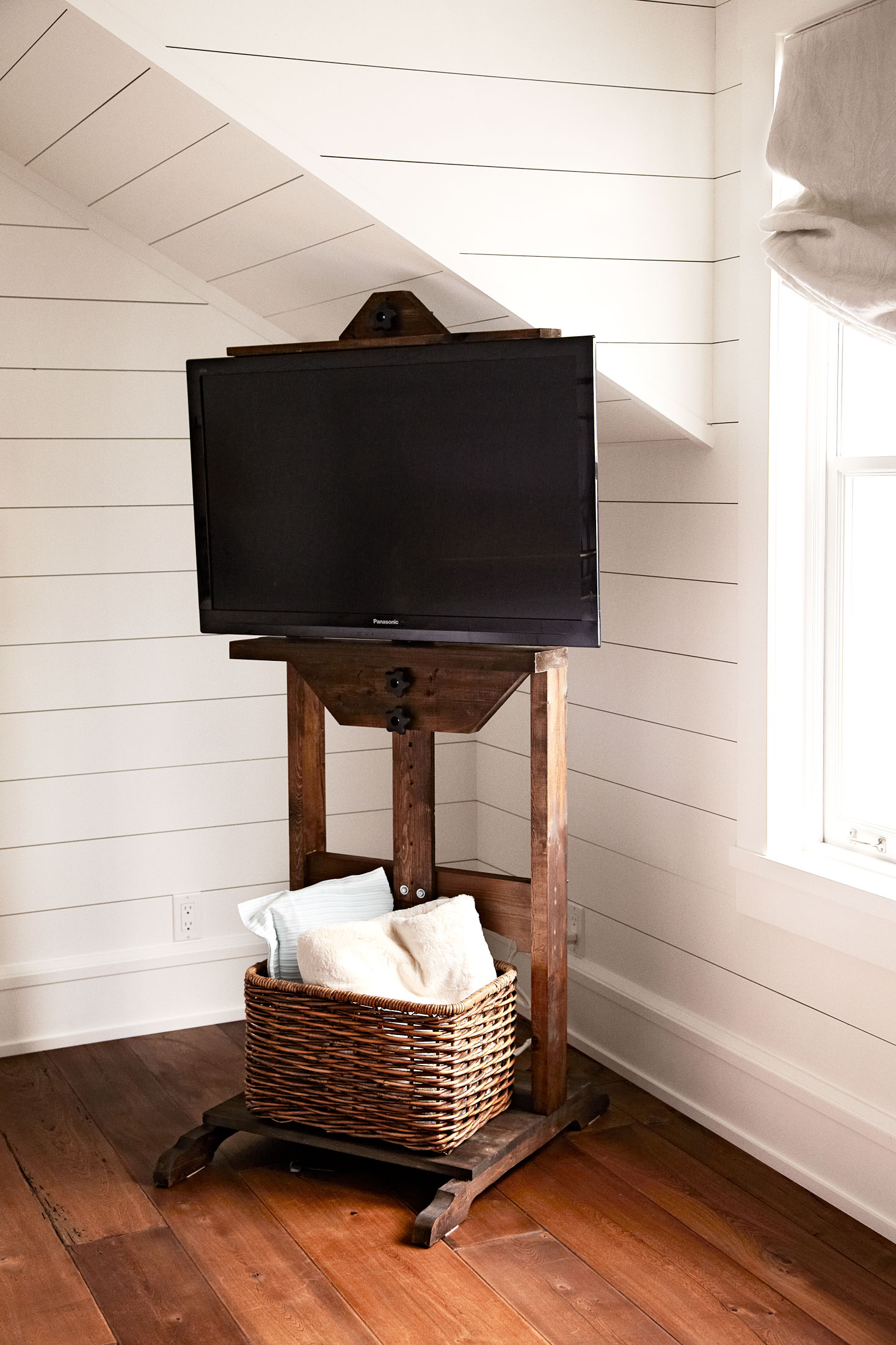 hidden-TV-cables-with-Restoration-Hardware-easel-and-wicker-basket