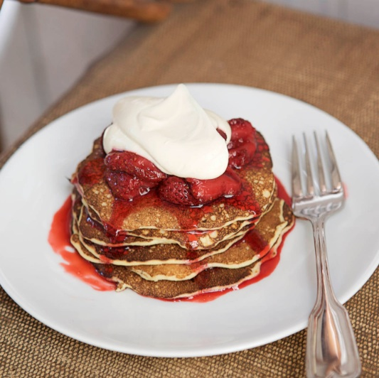 Cottage cheese pancakes with crème fraîche and jam