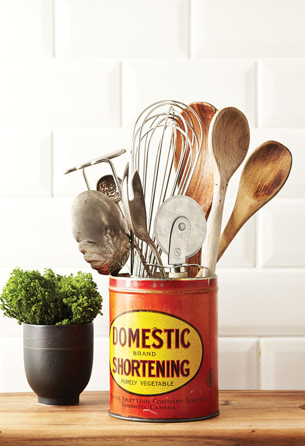 Repurpose Vintage Tin Cans For A Retro Kitchen Look