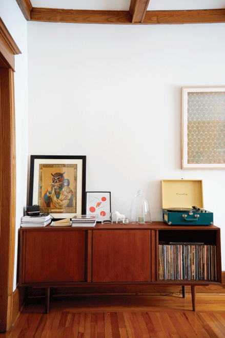 Béatrice Martin loves mid-century style and tries to mis into her 1920s home.