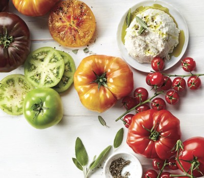 garden tomatoes: Fresh summer tomatoes with ricotta cheese and fresh herbs