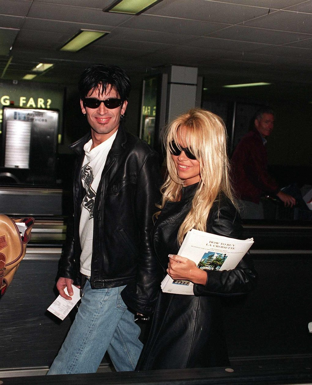 Pamela Anderson actress and then-husband rock star Tommy Lee arrive at Heathrow Airport after the Cannes Film Festival. 1995. Mirrorpix/Courtesy Everett Collection (MPWA1220316)