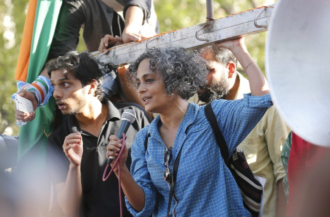 epa05212909 Human rights campaigner Arundhati Roy(R) adresses as Jawaharlal Nehru University (JNU) students participate in a protest march in New Delhi, India, 15 March 2016. The protesters were demanding the immediate release of Jawaharlal Nehru University (JNU) students. Kanhaiya Kumar, the students union president of Delhi's Jawaharlal Nehru University (JNU) was held on sedition charges but got released earlier this month. A former Delhi University professor was also arrested on 16 February for sedition. The arrests sparked counter protests between students and activists from the ruling Hindu nationalist Bharatiya Janata Party's student wing and right-wing organizations. EPA/RAJAT GUPTA