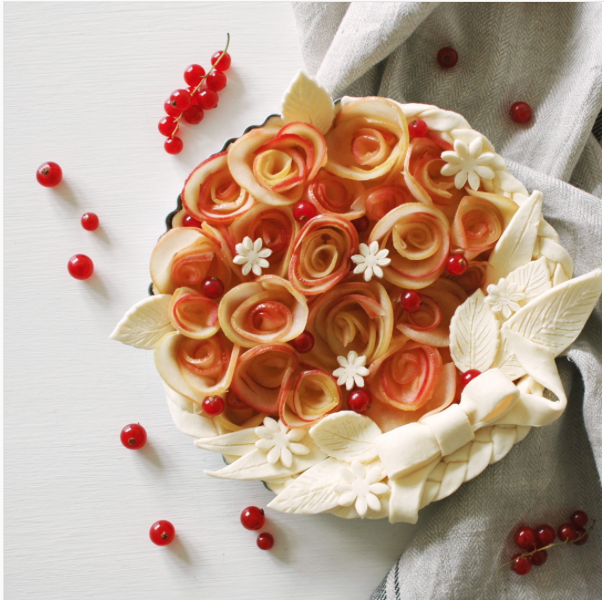 decorative pie crusts: pie with apple flowers and pastry in the shape of a bow