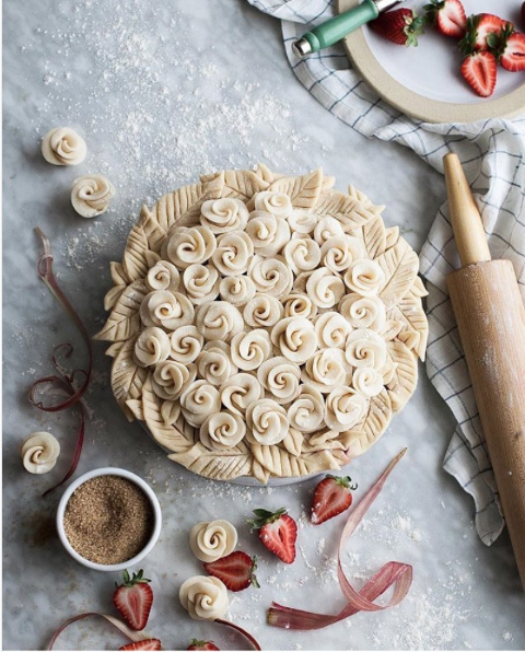 decorative pie crusts: pie with pastry roses in centre with leaf border