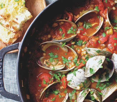 Manhattan-style clams with tomatos in pan