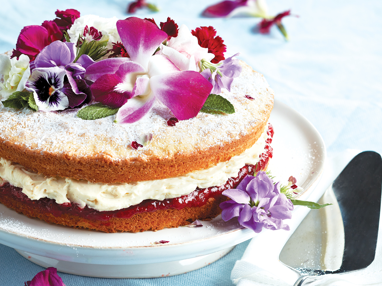 Victoria sponge cake with mascarpone-vanilla cream