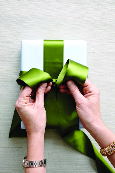 How To Tie The Perfect Bow- hands make two loops with green satin ribbon