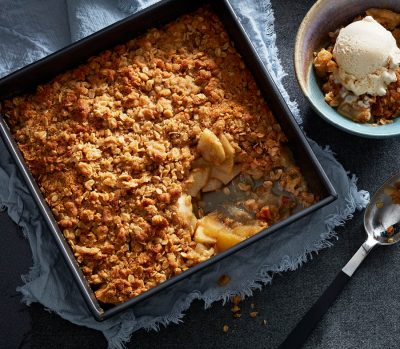 apple crisp with oats and ice cream