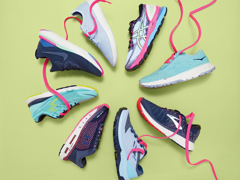 Great running shoes: 8 pairs of sneakers in circular flat-lay on green background