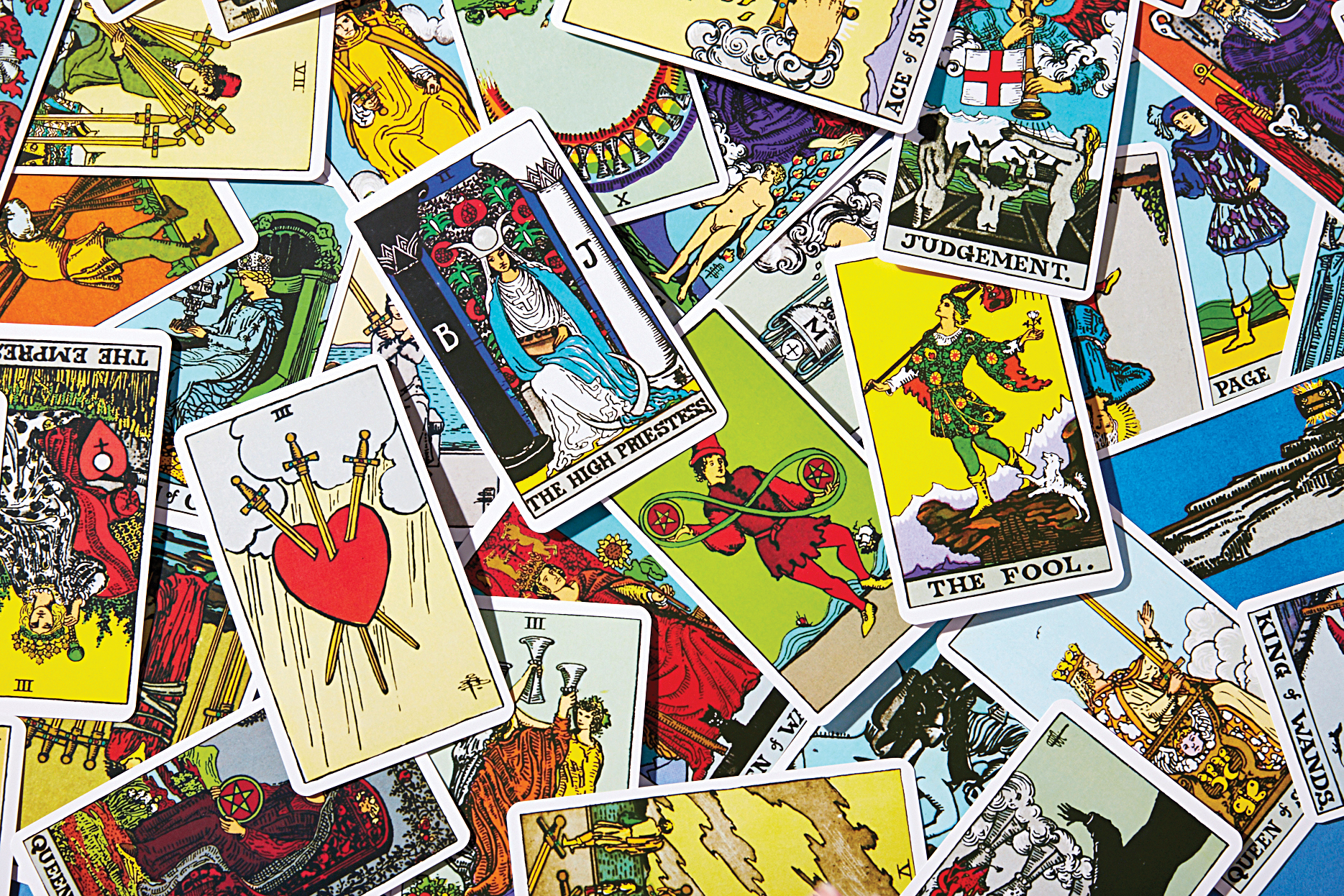 Why Tarot Is Ridiculously Trendy With Women | Chatelaine