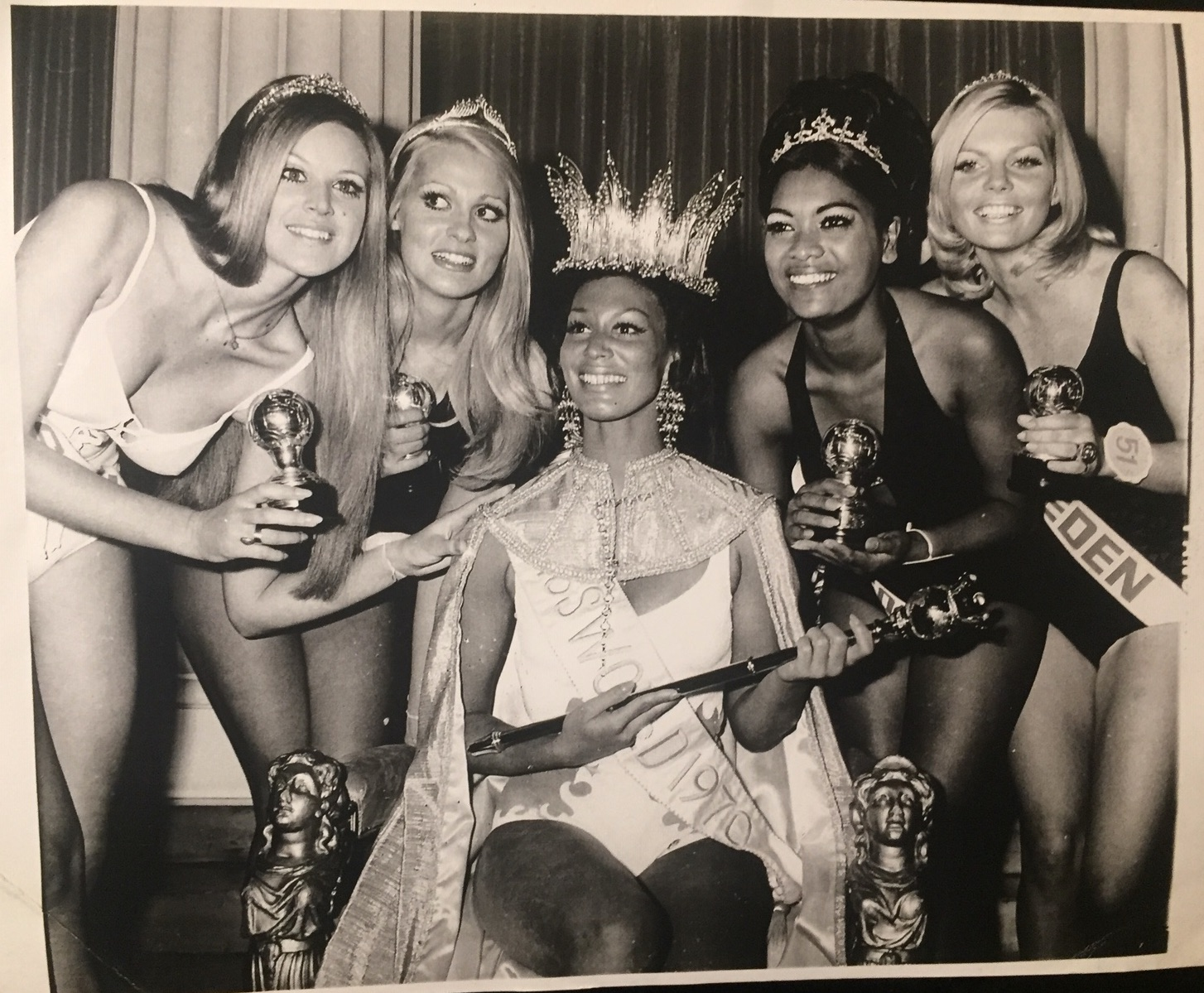 A group shot of Miss World contestants, with Hosten at centre and South Africa's Pearl Jansen to her left.